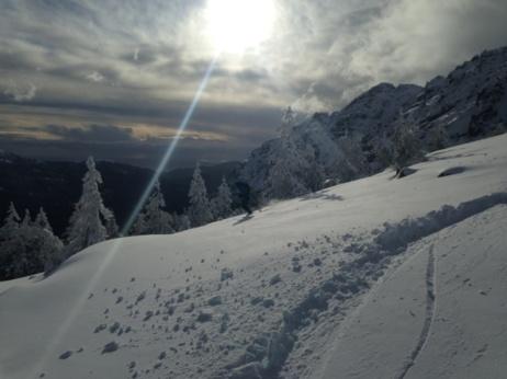 Ski de rando avec la mer derrière